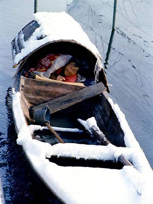 Cuộc đời phiêu bạt trên một chiếc thuyền bé nhỏ còn không đủ ấm vào mùa đông, nhưng ông chú trong hình vẫn tươi cười vì những gì mình có được.