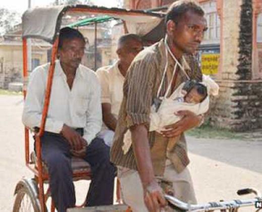 Cuộc sống khốn khócủa người đàn ông khi phải vừa chăm con, vừa mưu sinh kiếm sống qua ngày.