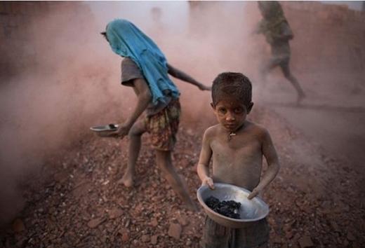 Tuổi thơ của cậu bé này là những tháng ngày cơ cực ở mỏ than để kiếm sống.