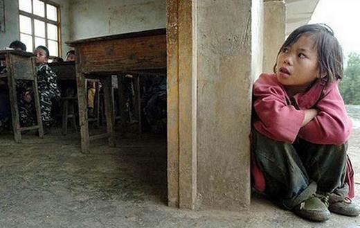 Được ngồi trên chiếc ghế nhà trường đôi khi là cả một ước ao to lớn của những em bé có hoàn cảnh khó khăn...