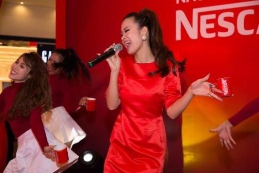 """Những người hâm mộ""""vũ điệu khuấy café"""" không khỏi phấn khích khi được tận mắt chứng kiến Đông Nhi lần đầu tiên trình diễn """"live"""" phiên bản đặc biệt của bài hát Shake The Rhythmcùng điệu nhảy nổi tiếng. - Tin sao Viet - Tin tuc sao Viet - Scandal sao Viet - Tin tuc cua Sao - Tin cua Sao"""