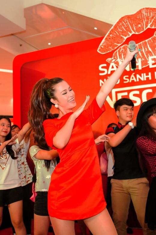 Người hâm mộ đã có những giây phút khó quên khi được Đông Nhi trực tiếp hướng dẫn điệu nhảy nổi tiếng. - Tin sao Viet - Tin tuc sao Viet - Scandal sao Viet - Tin tuc cua Sao - Tin cua Sao