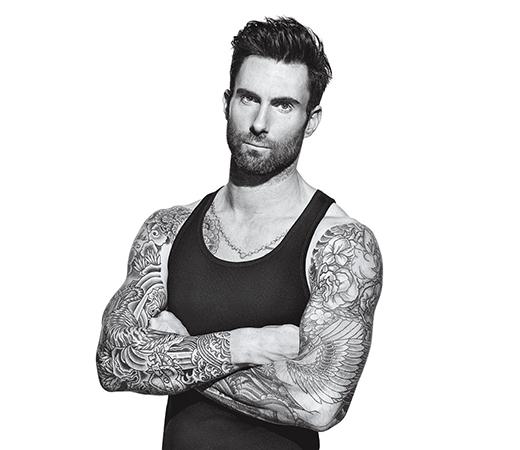 """Tuy sở hữu thân hình có phần mảnh khảnh hơn những người bạn đồng nghiệp, tuy nhiên anh chàng trưởng nhóm Maroon 5 lại có """"vũ khí giết người"""" đáng gườm hơn đó là gương mặt cực điển trai cùng những hình xăm quyến rũ khắp cơ thể."""