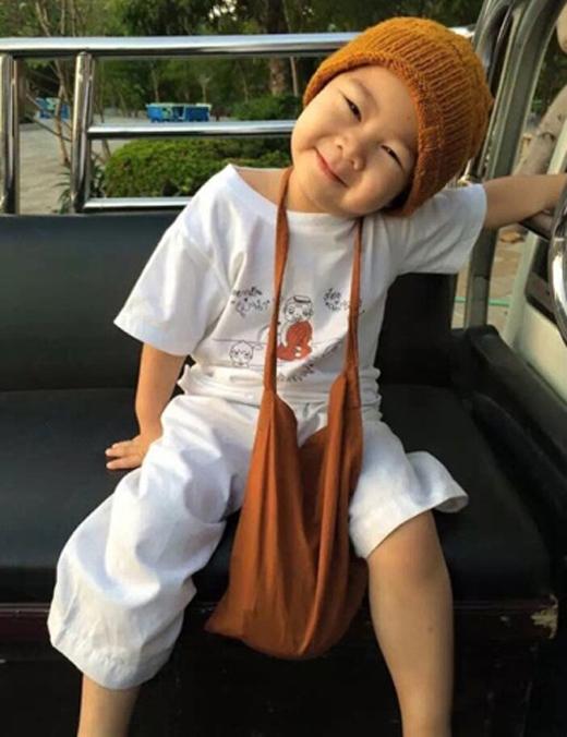 Chú tiểu đáng yêu tên là Nongkarn,chỉ mới 2 tuổi rưỡi. Hàng ngày, nhóc tì được mẹ đưa đón đến sinh hoạt trong chùa Wat Pa Maneekan (tỉnh Nonthaburi, Thái Lan).