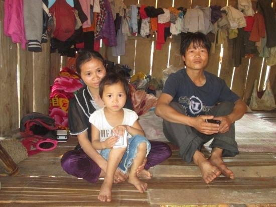 Vợ chồng chị Tẩm rất đau xót khi biết con trai út mình bị đem bán qua Trung Quốc. Ảnh: CL