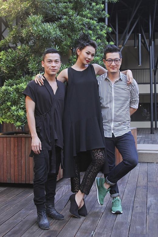 """Cùng với giám khảo, nhiếp ảnh gia Samuel Hoàng và nhà thiết kế Adrian Anh Tuấn, Thanh Hằng đã đến với vòng đánh giá và loại đầu tiên trong cả """"cây đen"""" sang trọng, quyến rũ nhưng không kém phần độc đáo, lạ mắt."""