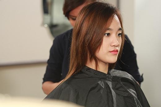 """Sau khi """"an tâm"""" về trang phục, Quỳnh Như thích thú với phầnlàm tóc."""