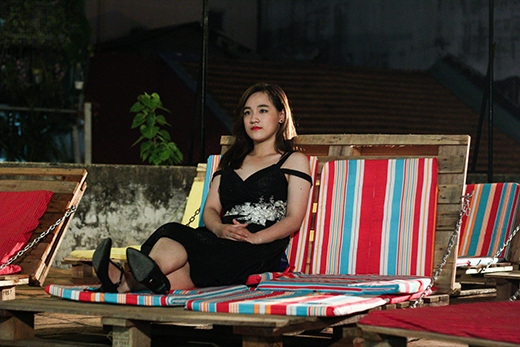 Quỳnh Như xem phim một mình trong khi chờ đợi bạn trai.