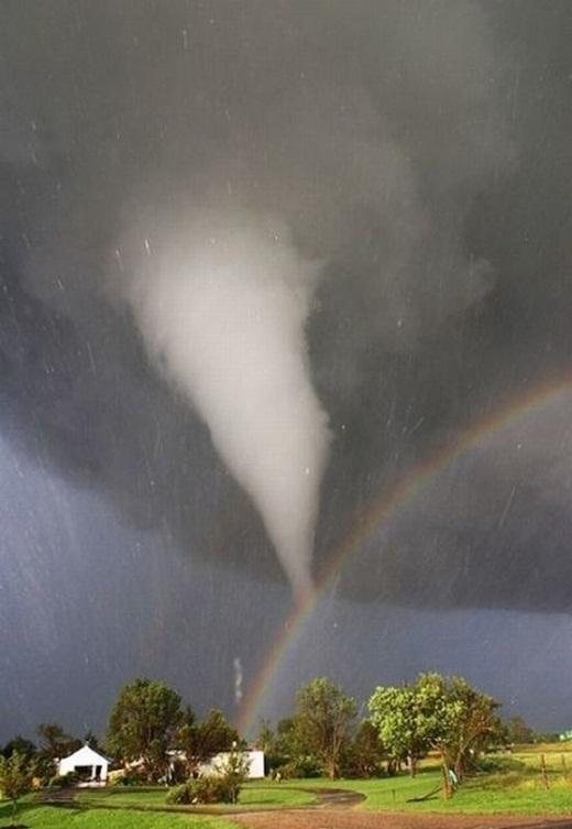 Cơn lốc xoáy và cầu vồng giao nhau trên bầu trời ở tiểu bang Kansas, Mỹ.