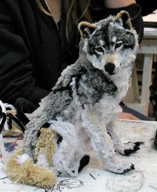Chú chó sói trông như thật này thật ra được làm từ dụng cụ thông ống thoát nước.