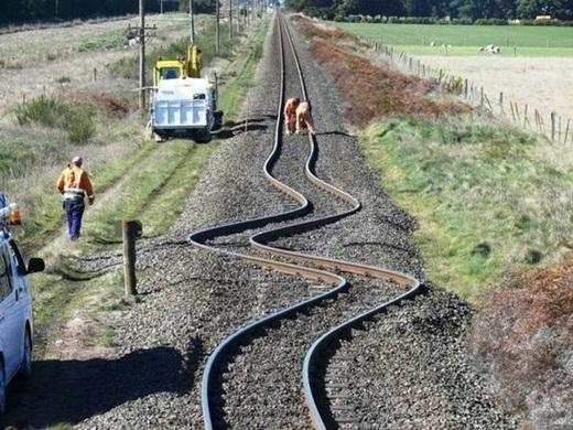 Sau một trận động đất, đường ray tàu lửa ở Canterbury, New Zealand đã trở thành một đường zig zac.