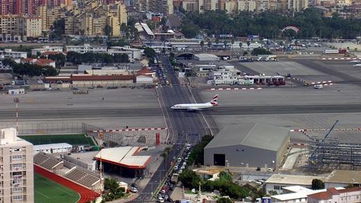 Hình ảnh đường quốc lộ và đường băng ở sân bay quốc tế Gibraltar giao nhau đã gây sốc cho những du khách lần đầu đến thành phố này.