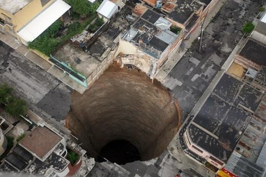 Bức ảnh chụp hố tử thần rộng hơn 18 mét và sâu 60 nghìn mét ở thành phốGuatemalavào năm 2010.