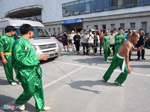 Tiết mục này được võ sư Tuấn biểu diễn từ năm 2002, cùng một đoàn võ sư phái Thiếu lâm tự của Trung Quốc tại Hồ Tây (Hà Nội).