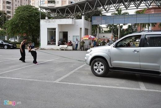 Chiếc xe dịch chuyển một quãng đường dài trên 20 m trước sự chứng kiến của nhiều người.