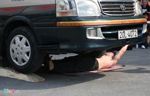 Dùng xe ô tô 16 chỗ cán qua người của đoàn võ thuật Duy Thắng, tỉnh Thái Nguyên.