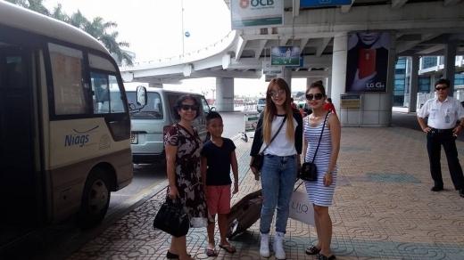 Chi Pu được mẹ và chị gái ra sân bay đón khi trở về Hà Nội. - Tin sao Viet - Tin tuc sao Viet - Scandal sao Viet - Tin tuc cua Sao - Tin cua Sao