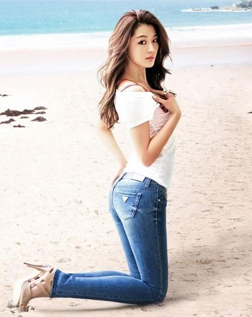 Với đôi chân dài nuột nà và thân hình cực chuẩn đã giúp Jun Ji Hyun vinh dự đứng thứ hai trong bảng xếp hạng.