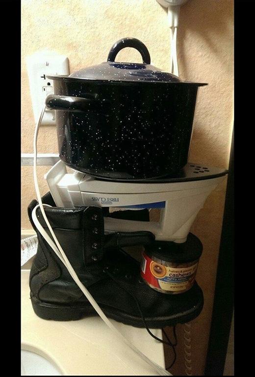 Giờ mới biết được bàn ủi cũng có công dụng như... bếp điện.