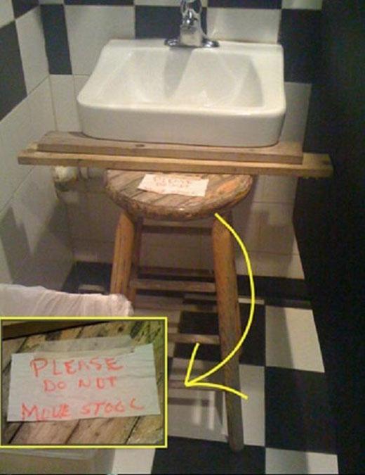 Một phát minh mới với chiếc ghế và bồn rửa tay.
