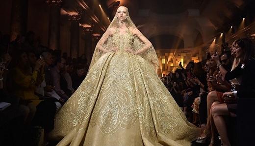 Tuy không có nhiều sự thay đổi nhưng phom váy xòe rộng của Elie Saab vẫn khiến giới mộ điệu thời trang ngất ngây bởi sự lộng lẫy, xa hoa.