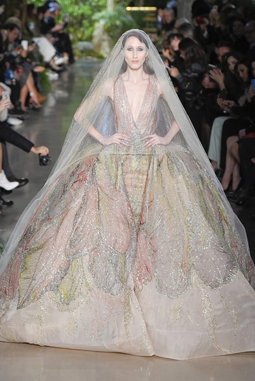 Những chiếc lông vũ loang màu mang đậm hơi thở của thời trang Thu - Đông.