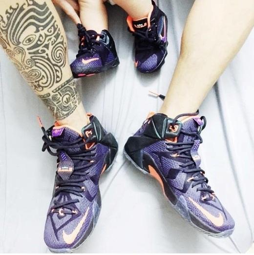 Hai bố con khoe giày giống nhau.