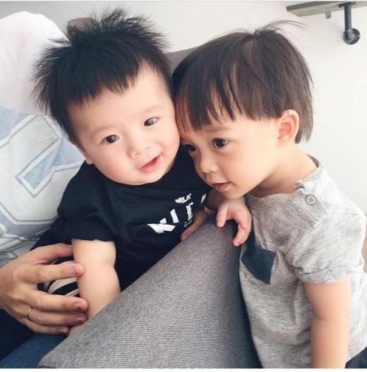 Bé Hehe chụp hình cùng anh Pid - con trai đạo diễn Việt Max.