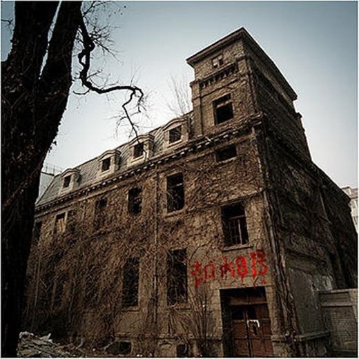 Nhà thờ Chaonei được bao trùm trong một bầu không khí u ám.