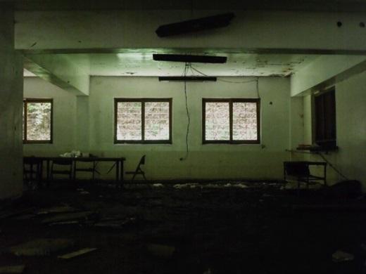 """Dưới sàn nhà là hàng trăm mảnh kính vỡ - """"tác phẩm"""" của các bệnh nhân tâm thần 15 năm về trước."""