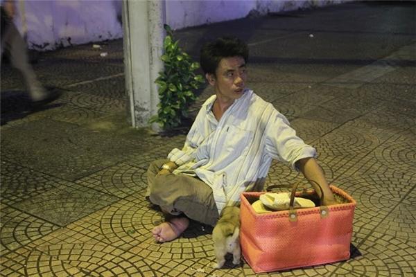 Câu chuyện cảm động về người đánh giày câm nuôi chú chó mù