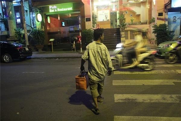 Đó là một người đàn ông bị câm đi đánh giày khắp Sài Gòn.