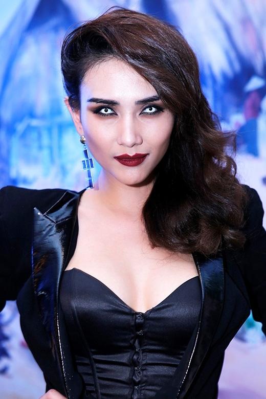 Không chỉ công tuổi cho mình với màu môi đậm, Hoàng Yến còn khiến người đối diện phát khiếp với kiểu đeo lens chỉ có cô mới dám thử.