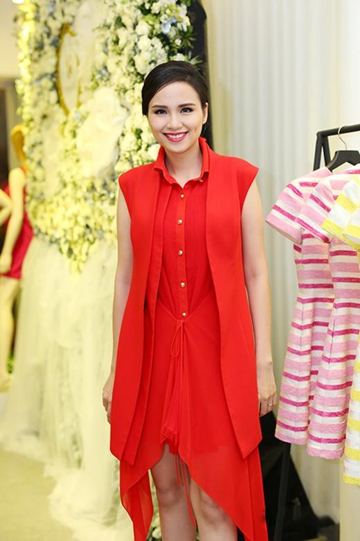 Diện bộ trang phục khá năng động, trẻ trung nhưng Hoa hậuDiễm Hươnglại mất điểm bởi kiểu trang điểm quá sang trọng, cầu kì và hơi đứng tuổi.