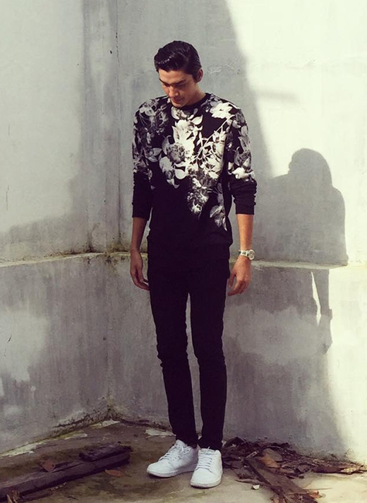 Quang Đại - chàng hot boy thông minh, duyên dáng của Vietnam's Next Top Model 2013 liên tục biến hóa và trải nghiệm nhiều phong cách thời trang khác nhau. Mặc dù những họa tiết hoa lá mang đậm màu sắc nữ tính nhưng chính tông đen của bộ trang phục đã cân bằng, tạo nên một tổng thể hài hòa.
