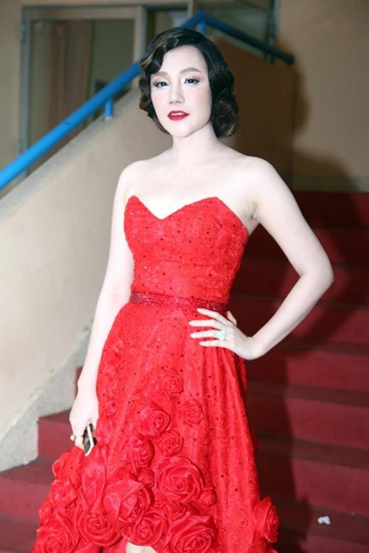 """Gương mặt trắng toát như """"dọa ma"""" người đối diện của nữ ca sĩ Hồ Quỳnh Hương. Song đó, kiểu tóc uốn xoăn khiến cô tự cộng tuổi cho mình."""