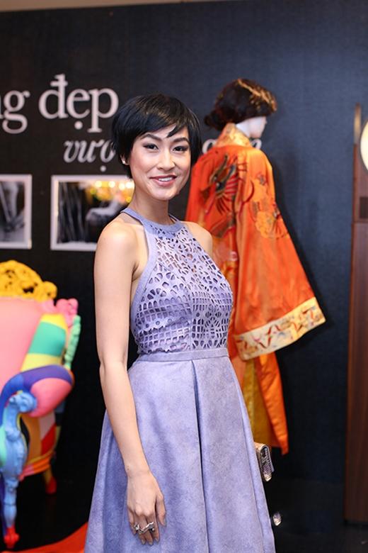 Sự cộng hưởng từ kiểu trang điểm nhợt nhạt cùng màu sắc của trang phục khiến Kathy Uyên trông không khác một nghệ sĩ ở tuổi 50.