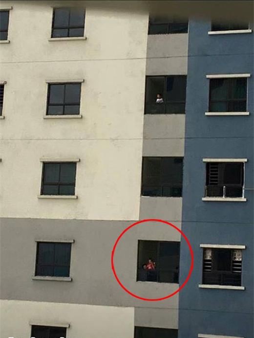 Hình ảnh phụ huynh thản nhiên cho con ngắm ô tô trên tầng cao. Ảnh: Facebook nhân vật