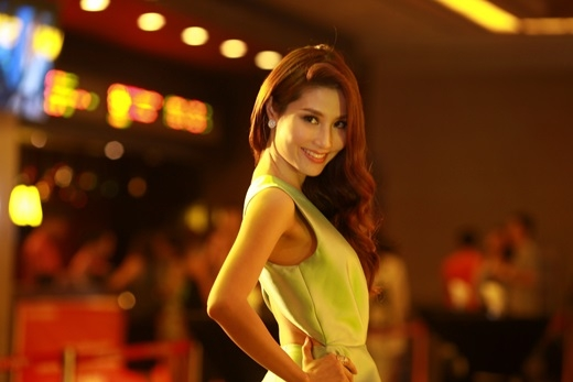 """Trong Kungfu Phở""""Diễm My vào vai Châu Nhi, một cô gái có ngoại hình xinh đẹp nhưng tính cách tưng tửng và mê trai. Khi gặp Đoàn (Linh Sơn thủ vai), Châu Nhi đã nhanh chóng rơi vào lưới tình và từ đó dẫn đến tình huống cực kì bất ngờ. - Tin sao Viet - Tin tuc sao Viet - Scandal sao Viet - Tin tuc cua Sao - Tin cua Sao"""
