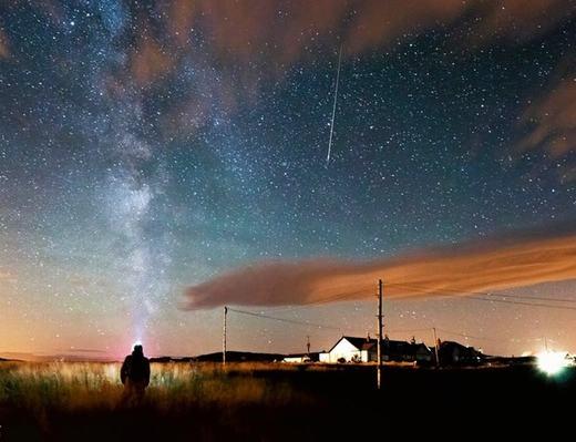 """Một ngôi sao băng """"sà"""" xuống Bamburgh, hạt Northumberland, Đông Bắc nước Anh."""
