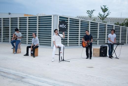 Quốc Thiên say sưa trình diễn cùng ban nhạc Mộc.