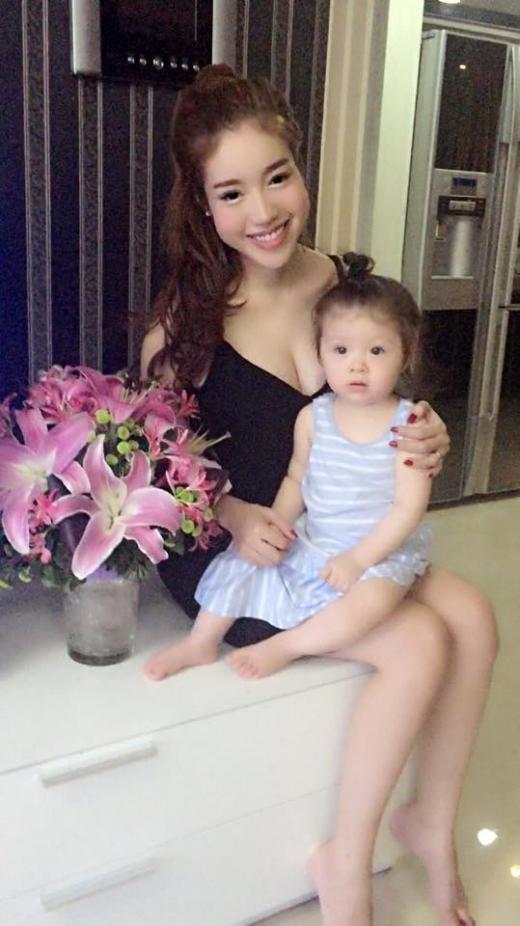 Hai mẹ con Elly Trần