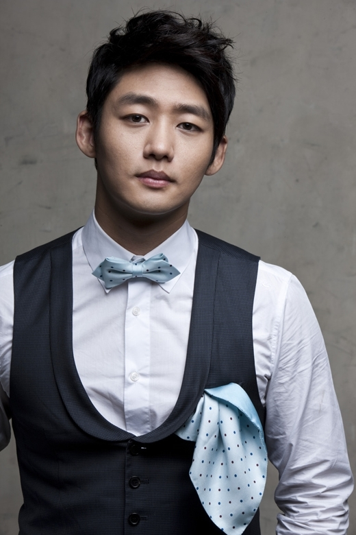 Nếu không xảy ra chấn thương đáng tiếc, có lẽ làng bóng chày xứ Hàn sẽ sớm ghi nhận tuyển thủ Lee Tae Sung. May mắn thay, anh chàng cũng có dịp phô diễn khả năng thể thao của mình trong phim truyền hình Two Outs In The Ninth Inning.