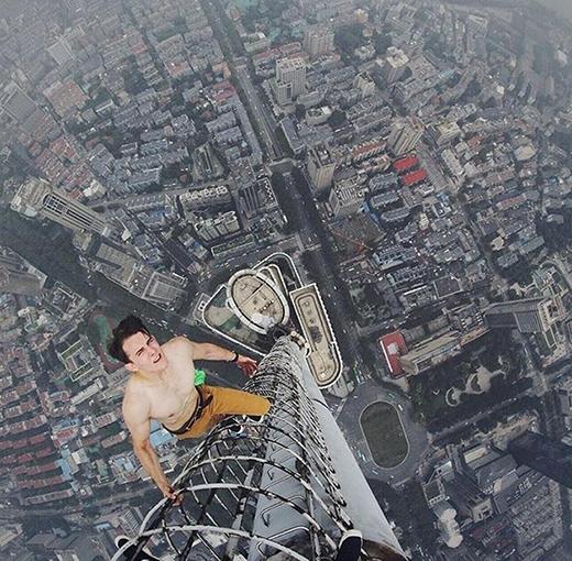Một nhân viên tòa nhà này cho biết, anh không hiểu tại sao họ có thể leo lên đỉnh tòa tháp mà không bị phát hiện. Tuy nhiên, đây không phải là những người đầu tiên làm như vậy. Vài người khác còn bất chấp để chụp những bức ảnh đáng sợ và bất hợp pháp trên các tòa nhà cao tầng.