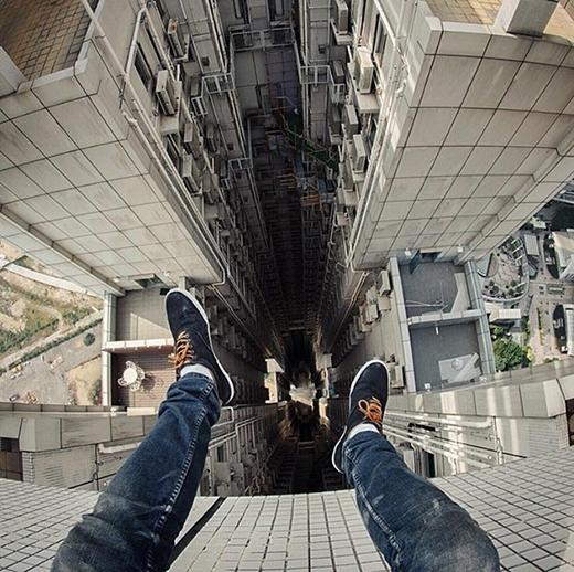 Một nhiếp ảnh đã bất chấp nguy hiểm ngồi vắt vẻo trên tầng cao nhất của tòa nhà.