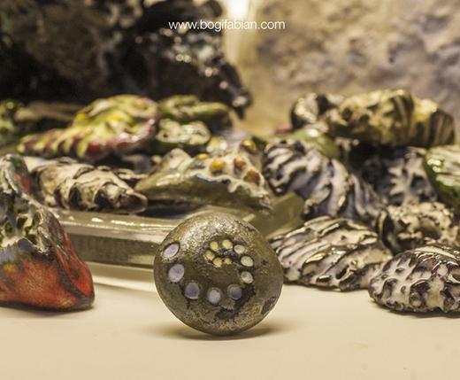 Bên cạnh nguyên liệu chính là gốm, nghệ nhânBogicòn sử dụng chất bột màu phát sáng phủ lên trên tạo nên hiệu ứng trong bóng tối.