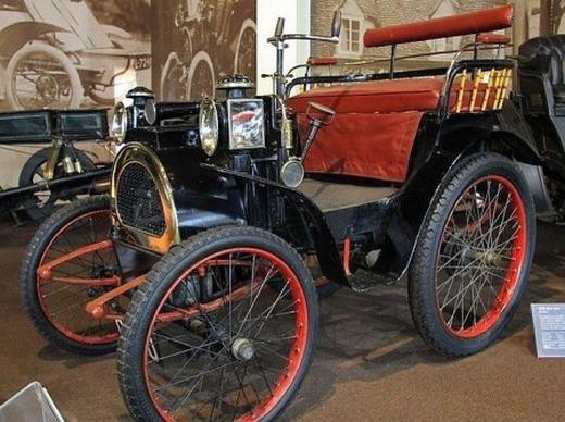 Bà Margaret A. Wilcox là người đầu tiên nghĩ ra và hiện thực hóa hệ thống lò sưởi xe hơi vào năm 1893. Ban đầu, bộ phận này khá đơn giản và chỉ dùng cách thổi hơi nóng từ máy vào khoang xe để sưởi ấm. Hệ thống sưởi trên xe hơi hiện nay đã được cải tiến rất nhiều.