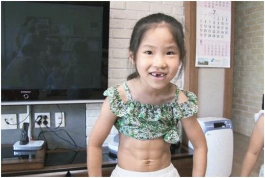 Tròn mắt với cơ bụng 6 múi đáng mơ ước của... bé gái 8 tuổi