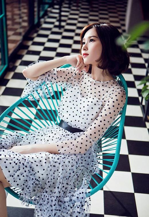 """Chất liệu vải xuyên thấu mỏng tang gợi cảm đã trở nên tinh tế hơn khi được tiết chế một cách phù hợp. Đặng Thu Thảo cũng từng khẳng định: """"Tôi mặc hở vẫn không sexy được"""" - đây dường như là một món quà của tạo hóa dành tặng riêng cho Hoa hậu Việt Nam 2012."""