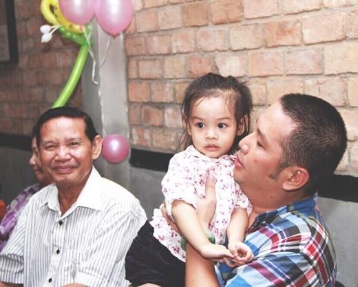 Ông xã Phạm Quỳnh Anh âu yếm con gái trong lòng - Tin sao Viet - Tin tuc sao Viet - Scandal sao Viet - Tin tuc cua Sao - Tin cua Sao